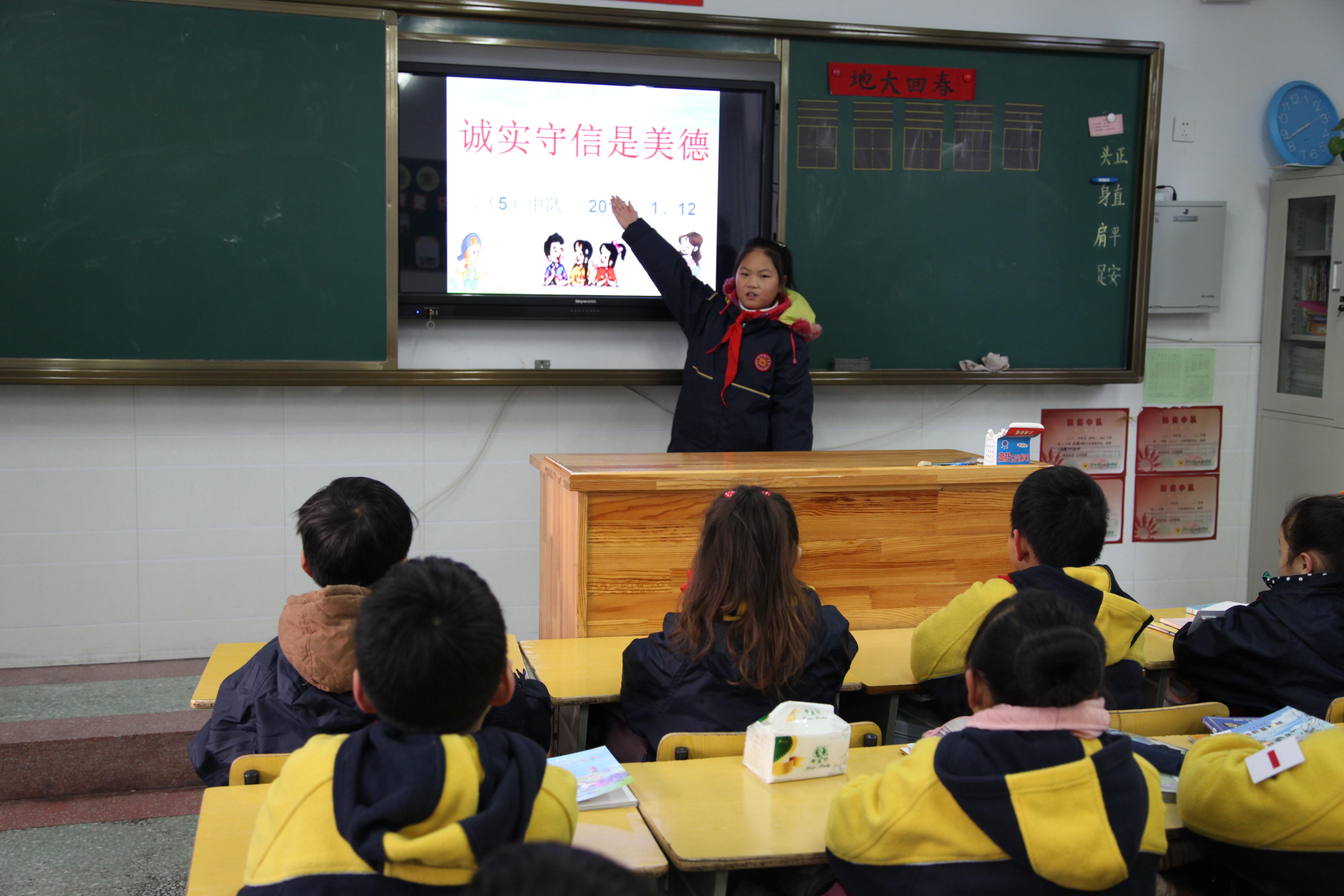 """开展""""诚信""""黑板报,手抄报制作比赛活动,并把好的作品在学校的宣传橱窗"""