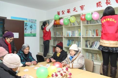 无锡崇安寺社区居家养老室内老人在玩打扑克