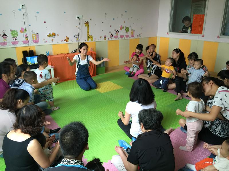 9月17日上午,新光社区联合育乐童幼儿中心开展律动秋天早教亲子活动,共15户亲子家庭参加。   太阳咪咪笑,我们起得早,手脸洗干净随着音乐响起,宝贝和家长们一齐做起了健康操。小小蛋儿把门开,开出一只小鸡来宝贝们在老师和家长的指导下,随着音律一边唱一边手舞足蹈。随后开展的鱼线串珠、彩虹飞船和袋鼠跳亲子游戏,让孩子和家长们玩得不亦乐乎,现场欢笑、嬉戏声一片。   此次活动培养了孩子们对音乐的兴趣,训练了手眼协调和专注能力,并结识更多的伙伴,为童年生活注入更丰富的色彩,同时,孩子和家长在