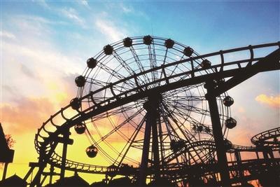 欢乐世界 位于龙游湖西南角,有摩天轮等户外大型游乐设施.