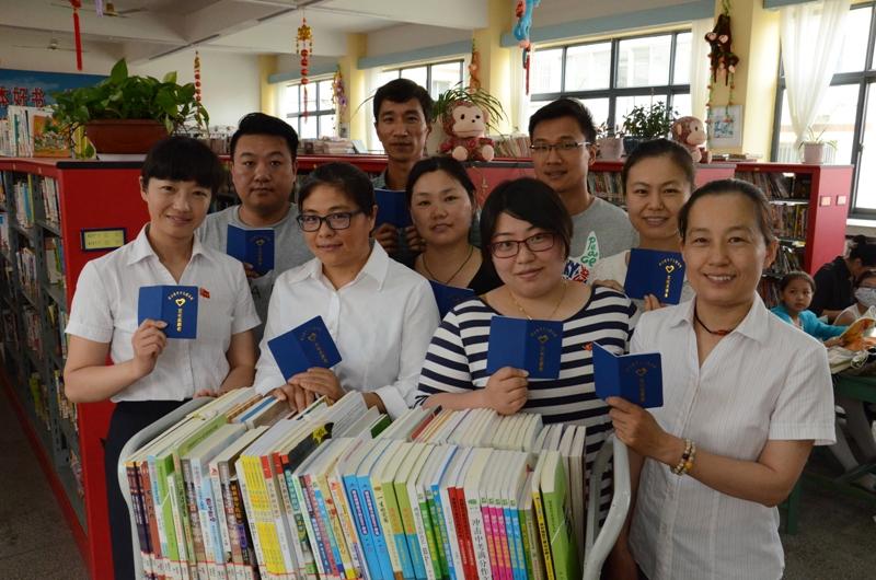 连云港新海中学教师志愿者走进少儿图书馆
