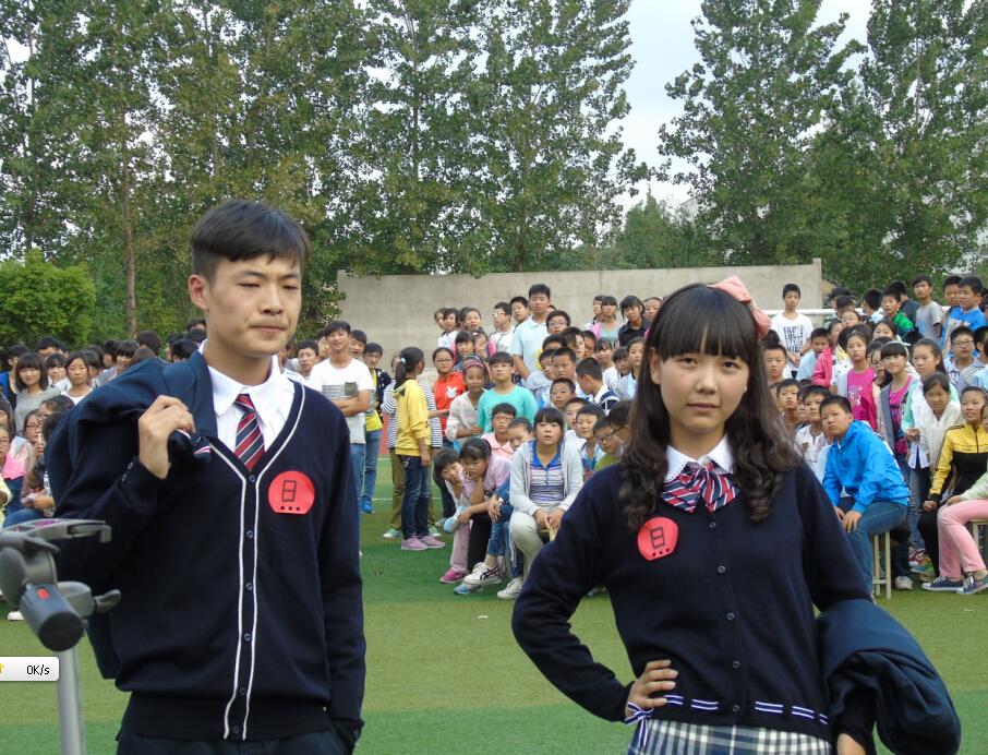同学们通过欣赏校服秀表演,投票决定自己喜欢的校服.-我的青春我图片