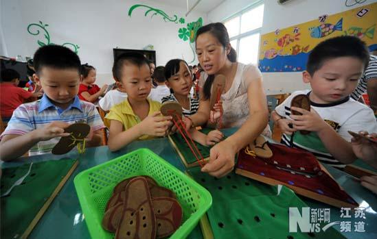 扬州大学第二幼儿园大班的孩子们在老师