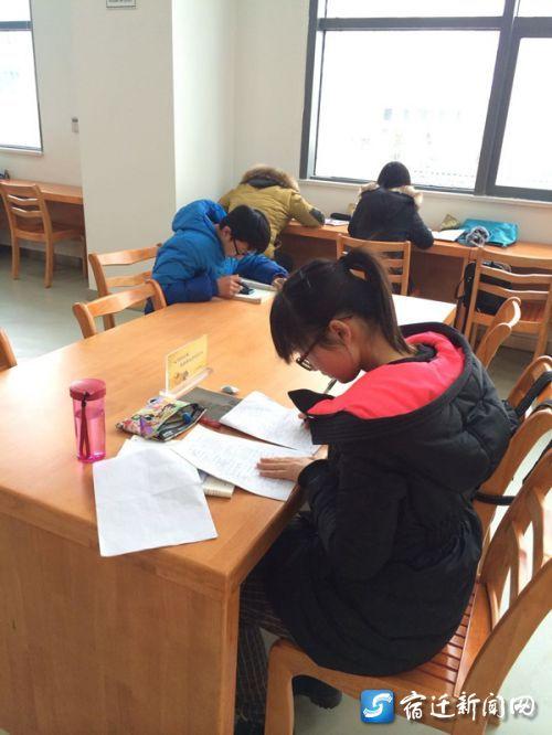 ,记者在宿迁市图书馆新馆看到许多前来看书的市民读者.宿迁图图片
